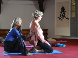 l'enseignante de Tai Chi aide à faire sentir la respiration reinale