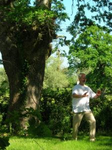 Thierry devant le grand chêne lors du premier Bain de forêt.