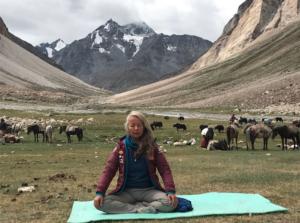Une enseignante au milieu des grands plateaux Himalayens